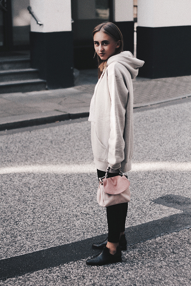 OVERSIZE HOODIE AND COMFY LEGGINGS