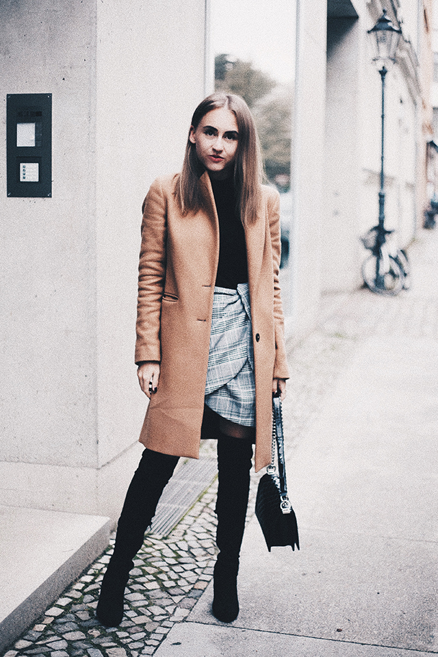 OUTFIT / CAMEL COAT & CHECKERED SKIRT